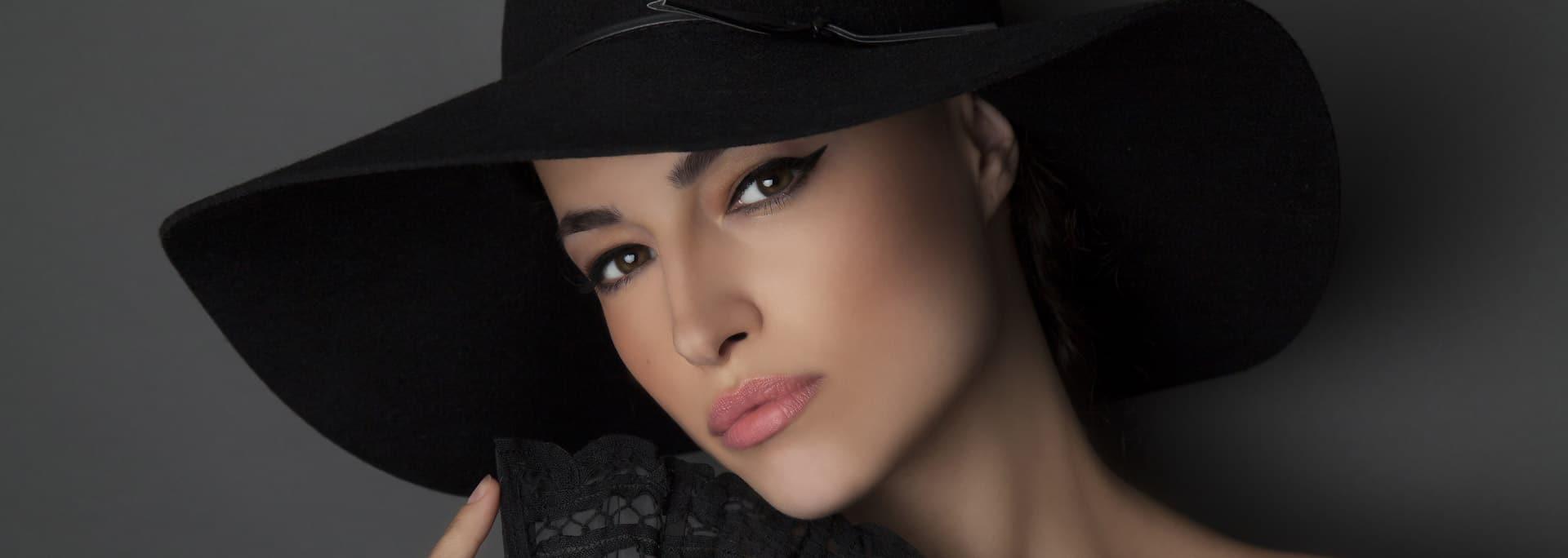 Kobieta w kapeluszu - nieoperacyjny lifting twarzy kwasem hialuronowym w klinice Magnopere w Krakowie